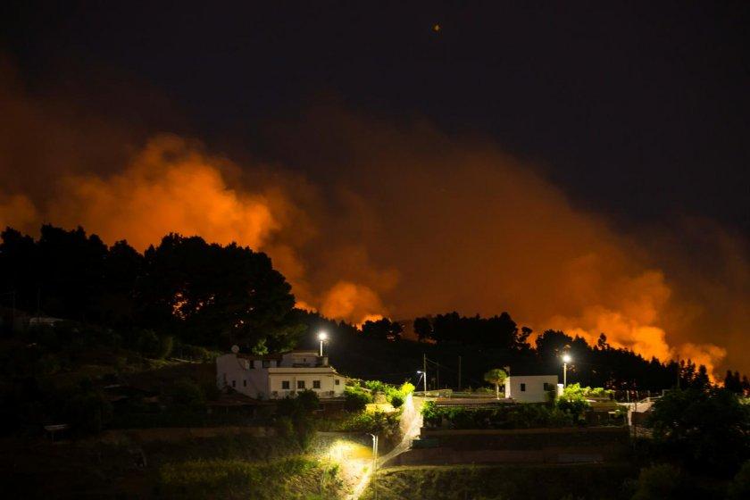 Огромен пожар евакуира хиляди на Канарите (СНИМКИ)