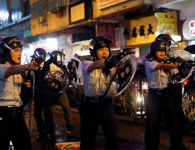 Полицията в Хонконг с водно оръжие срещу демонстрантите (СНИМКИ)