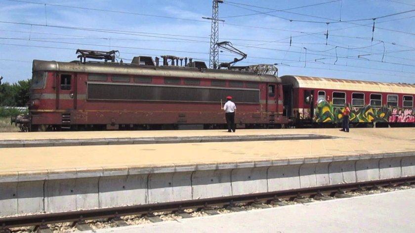 БДЖ спира 14 влака, няма локомотиви