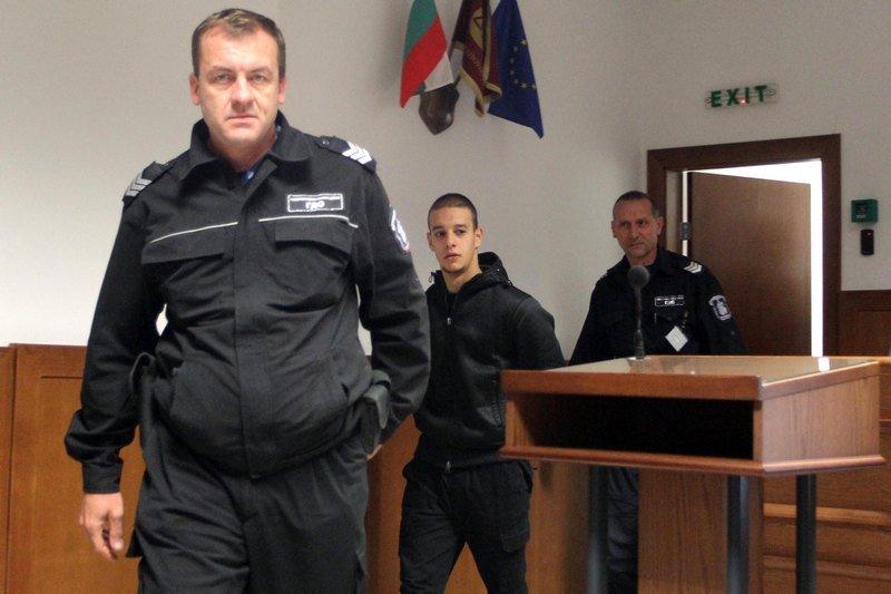 Брат близнак на обвиняем за нацистките изстъпления пое вината