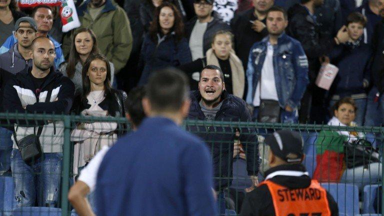Пуснаха расистите от мача без един, показал си задника на стадиона
