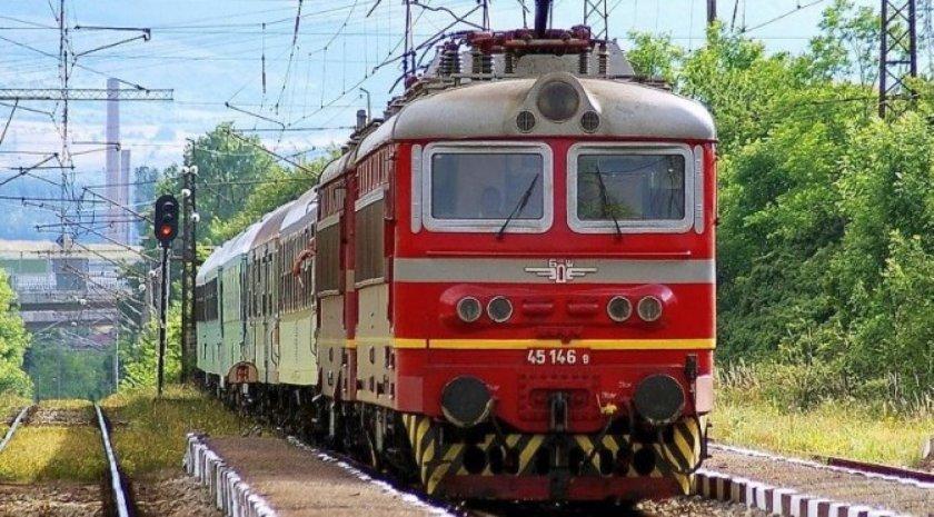 Влак помете кола на прелез