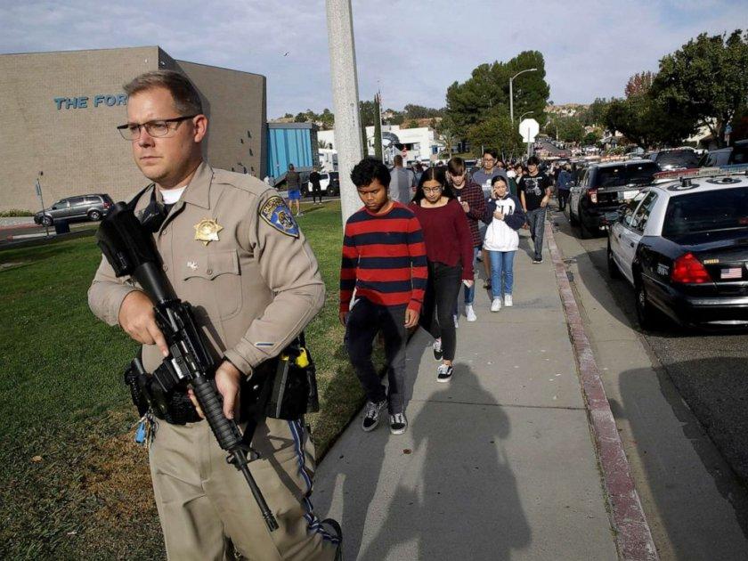 Ад! Две деца загинаха при стрелба в гимназия (ВИДЕО)