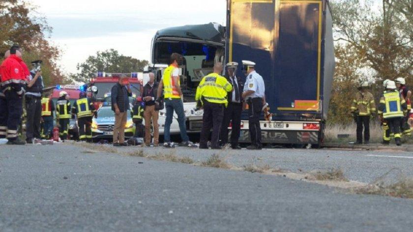 Рейс се обърна, 32-ма пострадаха