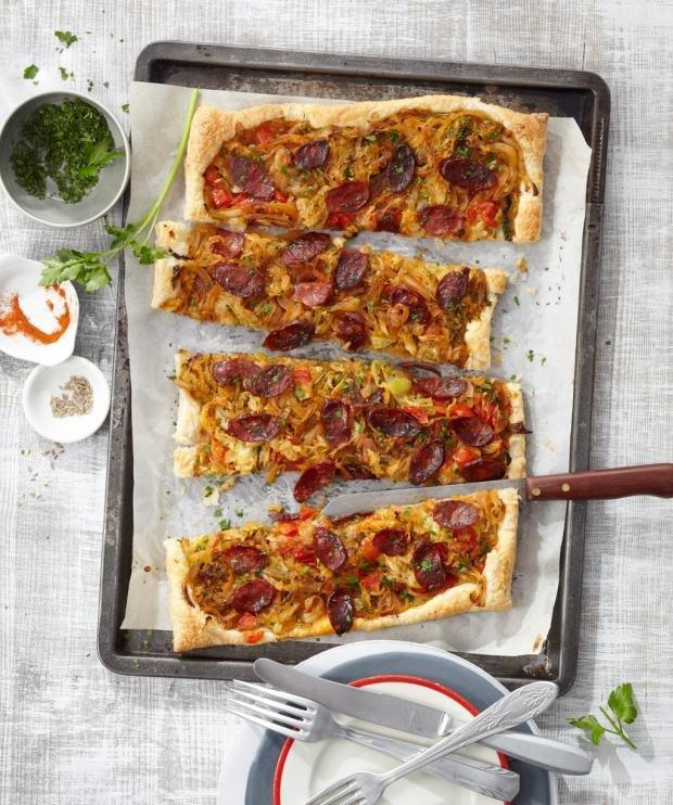 Пица от бутертесто със зеле и колбас
