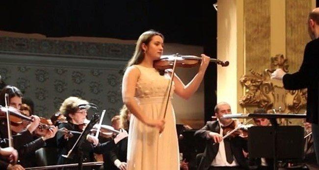 17-годишна цигуларка открита обесена в дома си