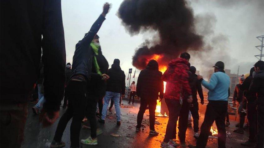 Над 100 души са убити при протести в Иран