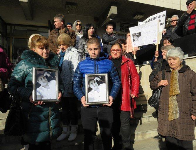Делото за смъртта на Алекс тръгна с протест