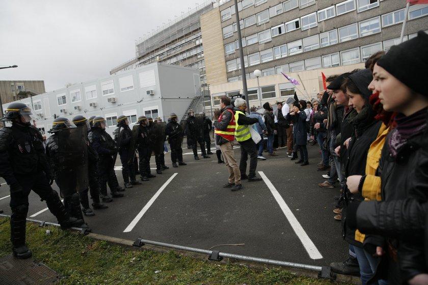Стотици лекари заплашват с оставка във Франция