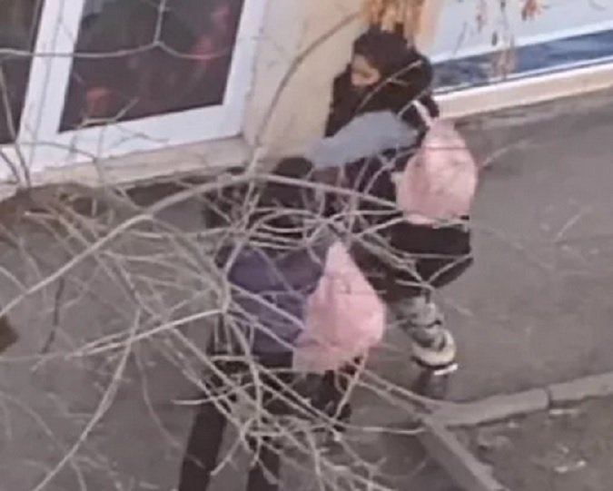 Мрежата побесня от видео на ромка, която млати дете