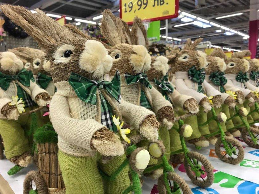 Смях в Lupa.bg: Народът се чуди и се мае какво празнува - Коледа, Баба Марта или Великден (СНИМКИ)