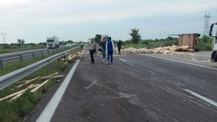 """Дървен материал предизвика катастрофа на магистрала """"Тракия"""""""