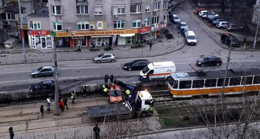 "Автомобил ""паркира"" на релсите пред трамвая"