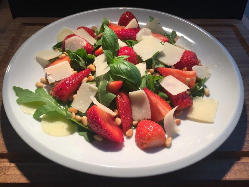 Зелена салата с ягоди и босилек