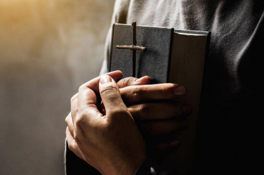 Британски свещеник се подпали на първата си онлайн литургия (ВИДЕО)