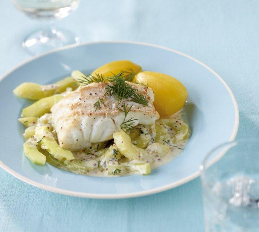 Риба с копър, краставици и картофи