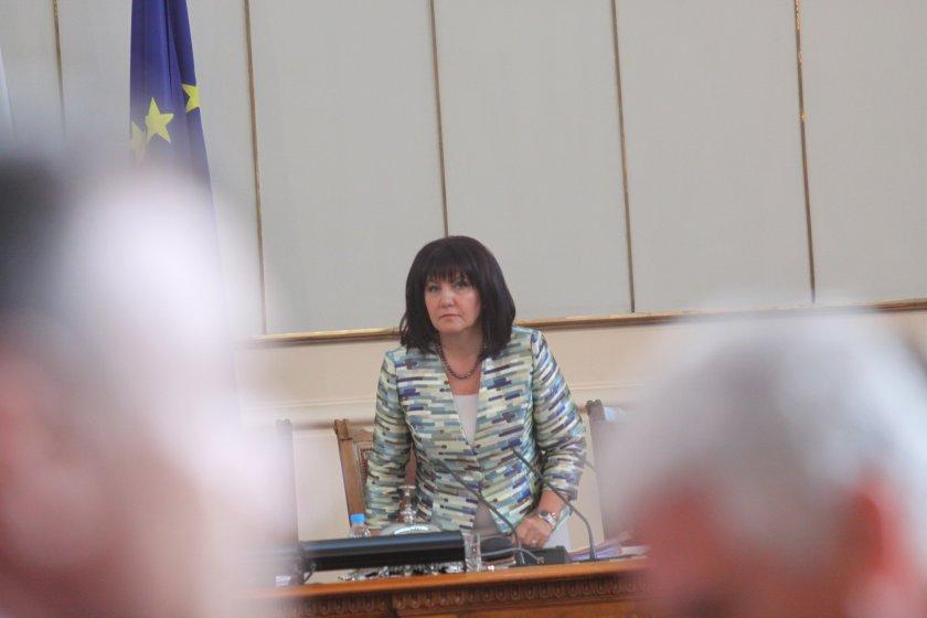 Караянчева: Парламентът да заседава само при нужда