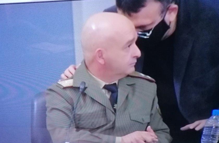 МВР шеф шепне през маска на Мутафчийски