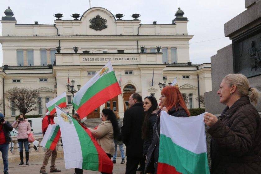Протест пред парламента заради карантината