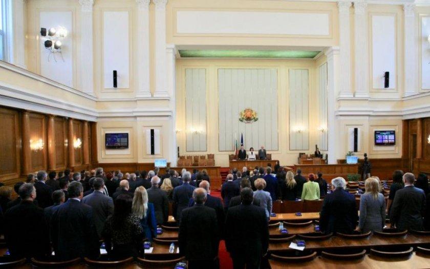 Новата парламентарна сесия започна с химните на България и на ЕС