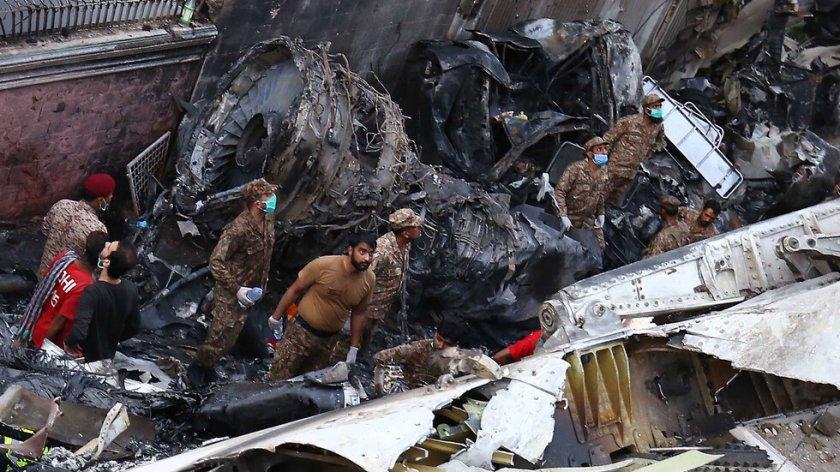 97 са жертвите на авиокатастрофата в Пакистан
