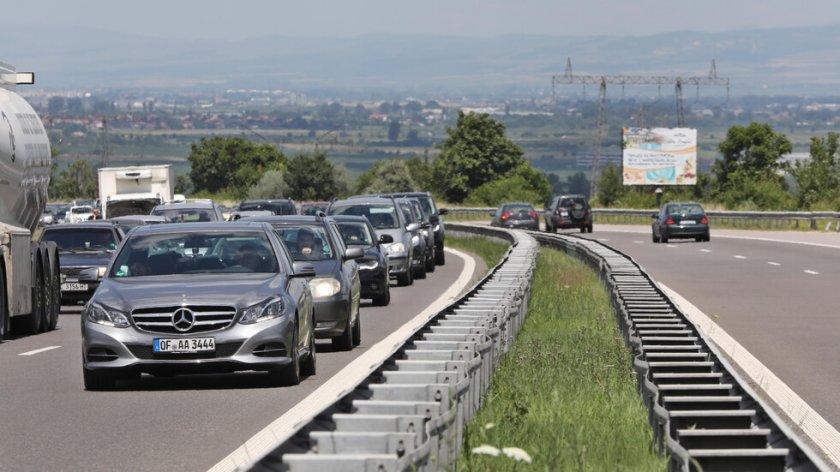 Засилен трафик и полиция по всички пътища. 40 000 напускат столицата
