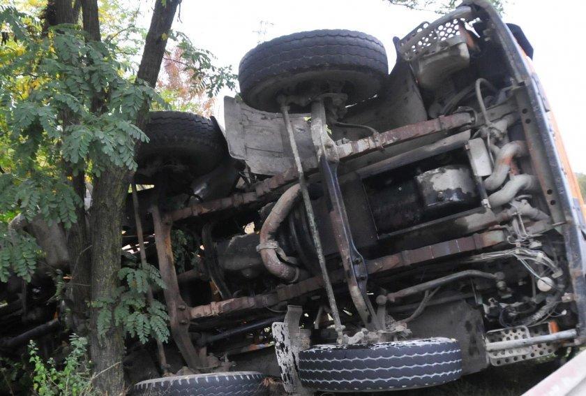 Катастрофа с тирове в Монтанско, тежко ранен е шофьор