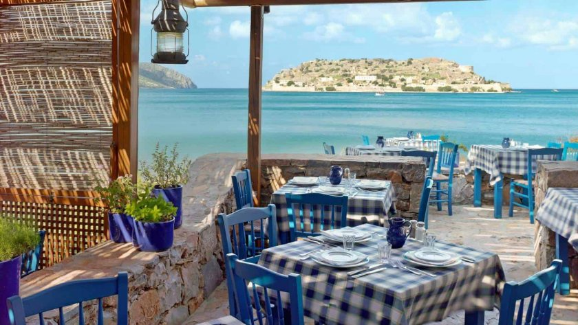 Гърция сваля ДДС за кафенета, ресторанти и транспорт