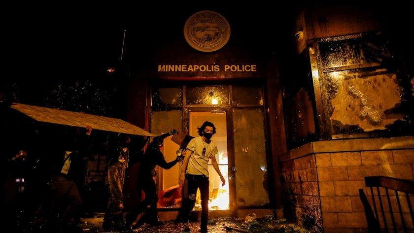 Трети ден анархия в САЩ заради смъртта на чернокож