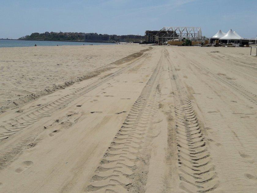Багер разора дюни на плаж в Ахтопол