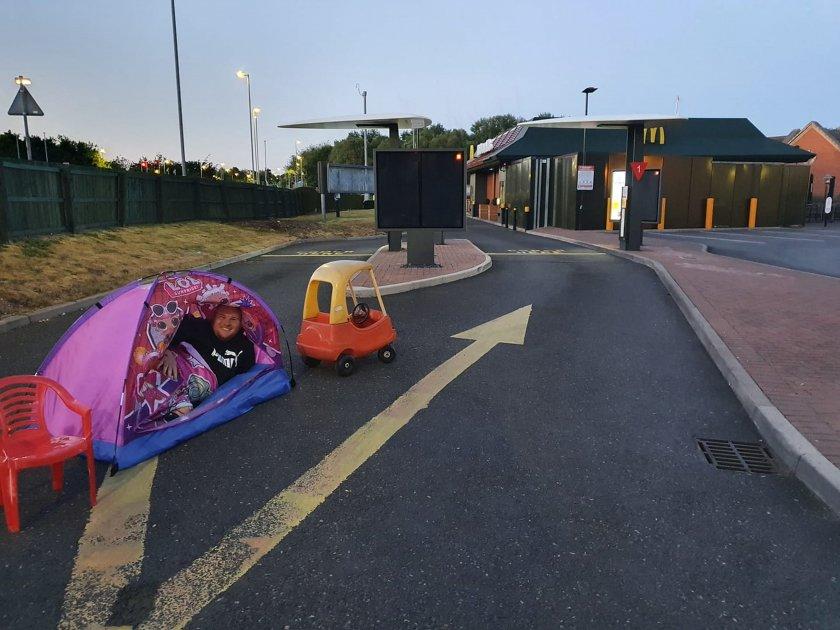 """Мъж лагерува пред """"Макдоналдс"""", за да е първи сутринта"""