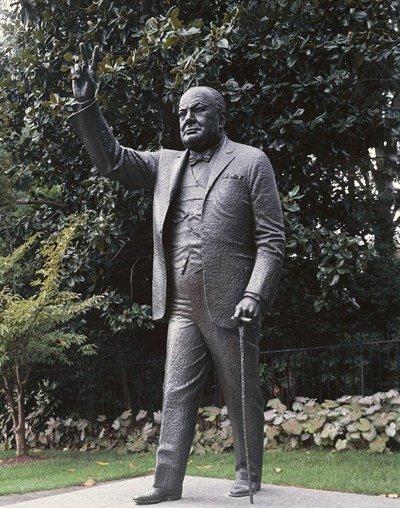 """Гавра: Чистят надпис """"Бил е расист"""" върху паметник на Чърчил"""