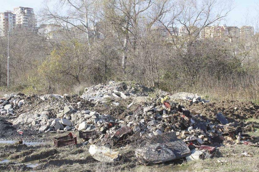 Откриха още опасни отпадъци край Червен бряг