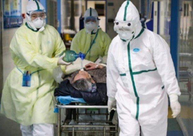 Бургас в паника! Медици в скафандри изнесоха труп на старица