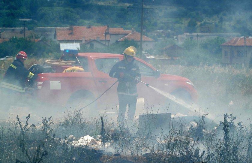 Пожар избухна до жилищен квартал в Хасково (СНИМКИ)
