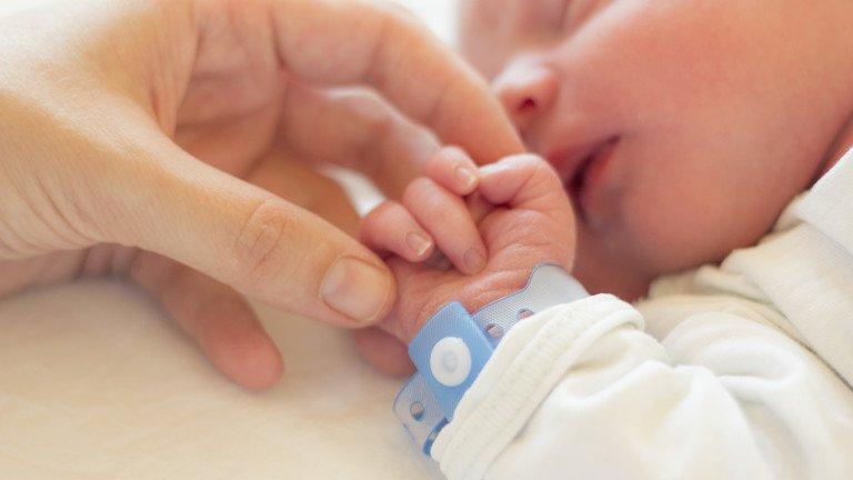 Бебе на 40 дни се зарази с коронавирус от баба си