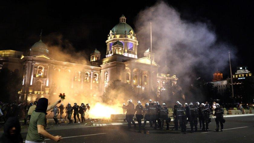 Десетки ранени при протестите в Белград