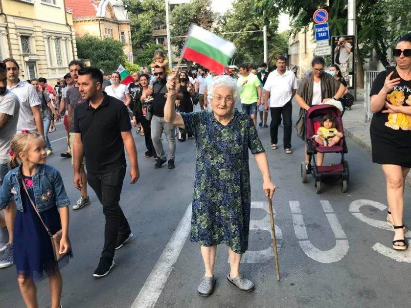 СНИМКАТА: 80-годишна учителка оглави протеста в Стара Загора