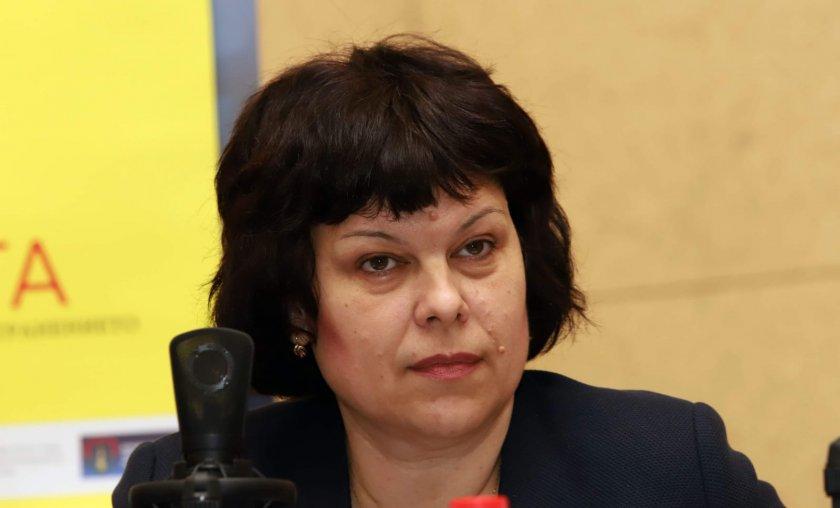 Михайлова: Не е изключено учебната година да почне дистанционно