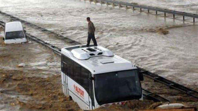 Двама загинали и 11 ранени при наводненията в Турция