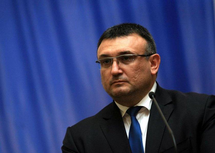 Министър Маринов се готви за абитуриентски бал