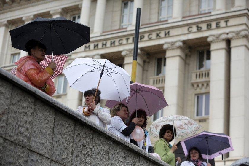 Лекари и медсестри протестират пред МС