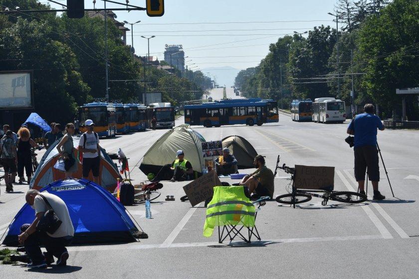 """Двама мъже опитаха за запалят палатки на """"Орлов мост"""""""