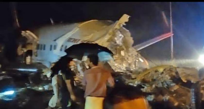 Самолет се разцепи на 2 в Индия (ВИДЕО)