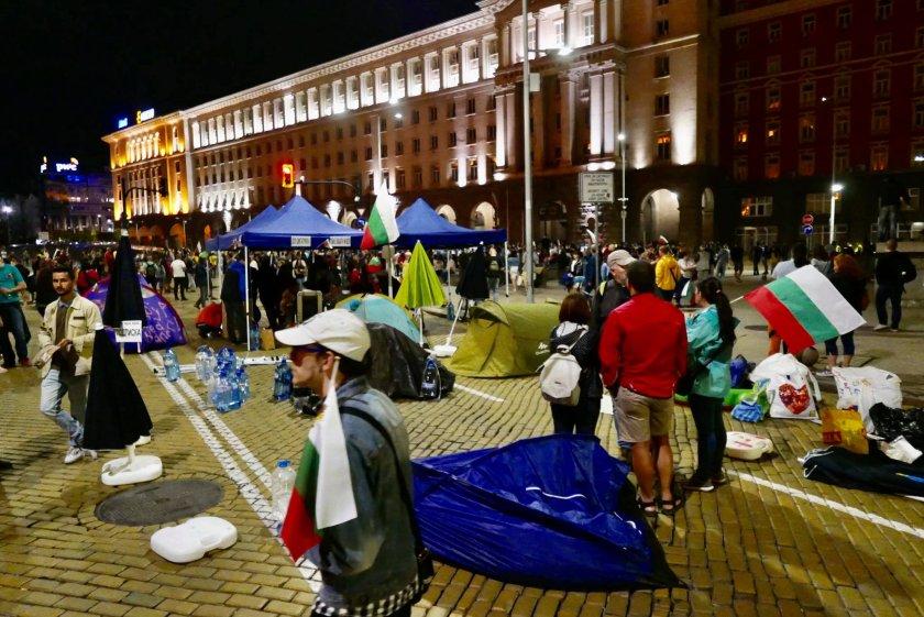 София осъмна блокирана, барикадите останаха