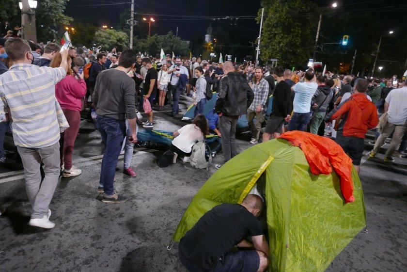 """Гигантски протест: """"Орлов мост"""" отново е блокиран с палатки (ВИДЕО)"""