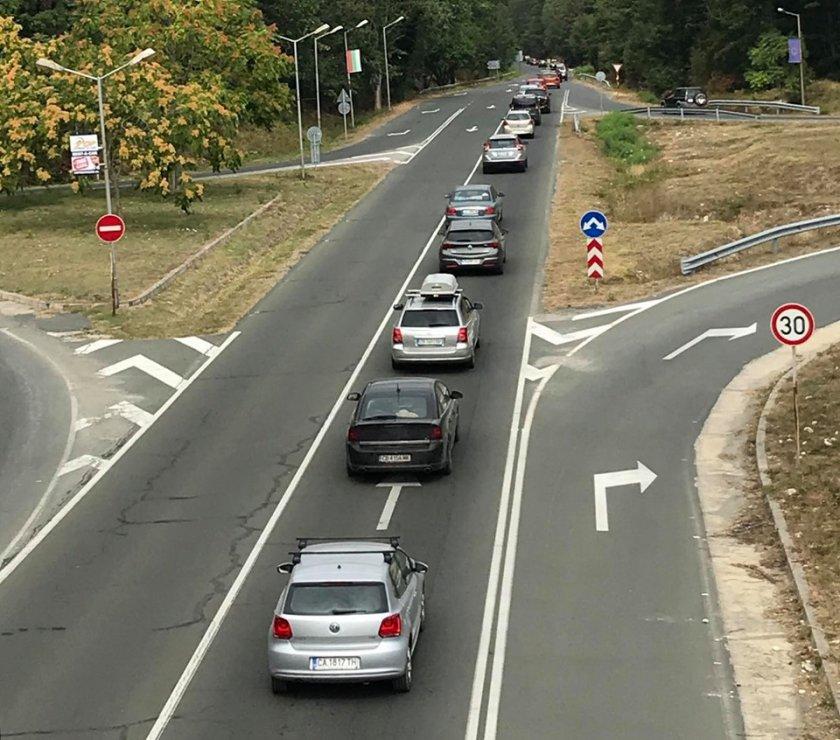 Внимание, шофьори! Адско задръстване на изхода на Бургас (СНИМКИ)