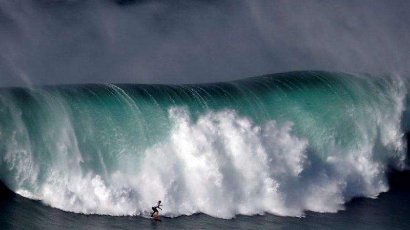Сърфисти яхнаха 15-метрови вълни-гиганти (ВИДЕО)