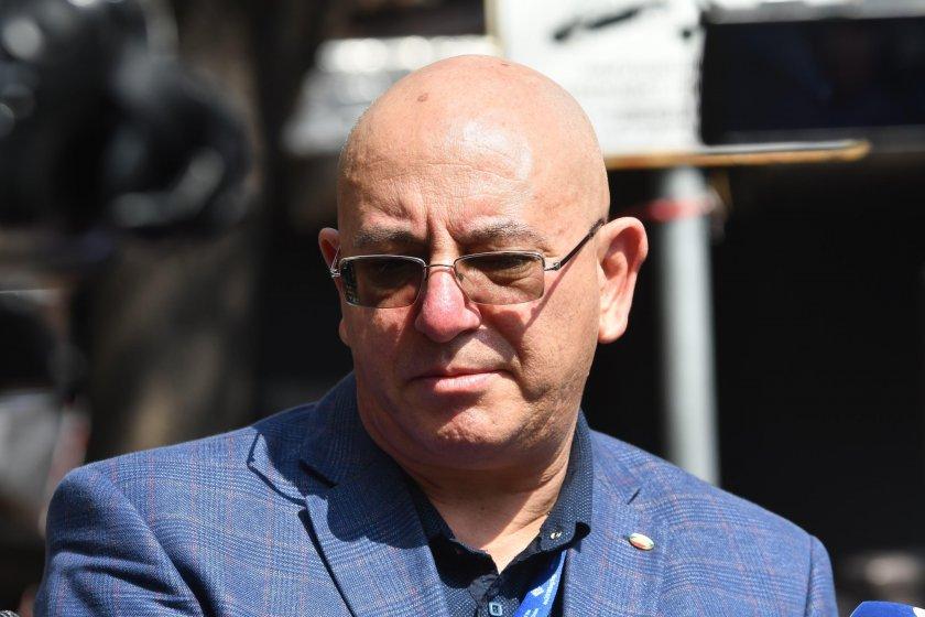 Емил Димитров проверява за загробени пестициди край Червен бряг