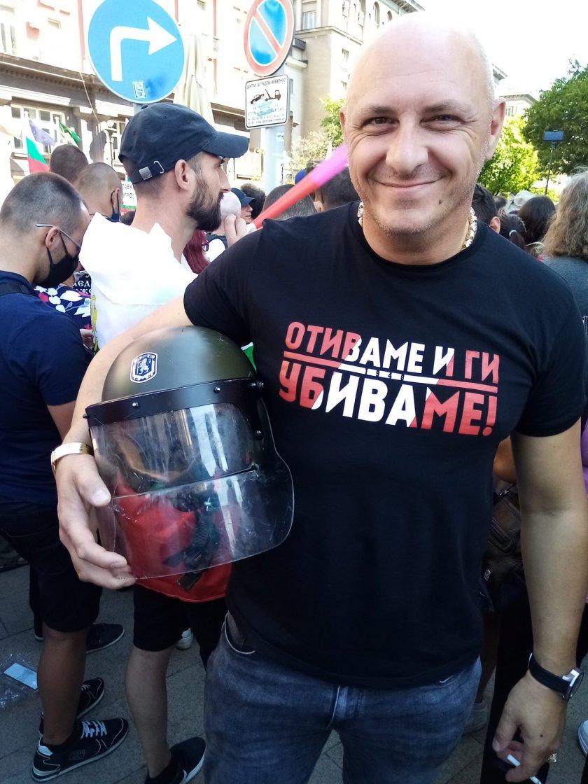 Протестър плени каската на полицай (хит снимка)